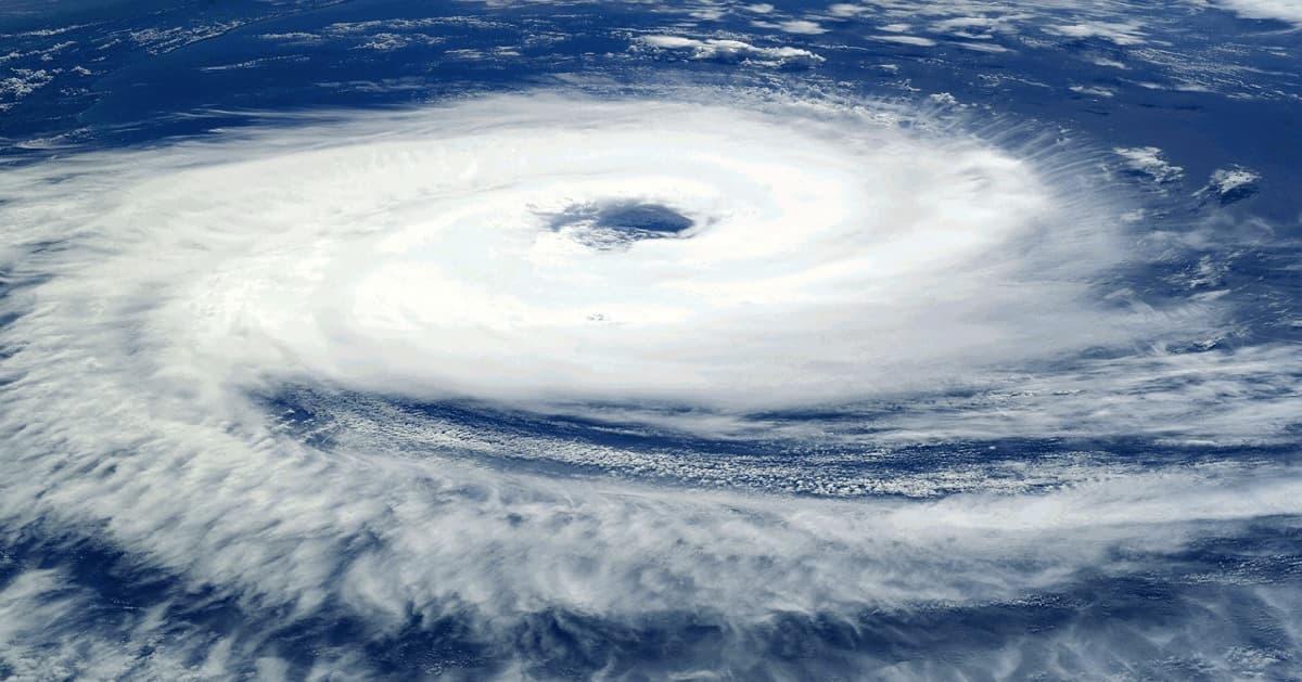 台風に備える、超大型台風19号が日本に接近中