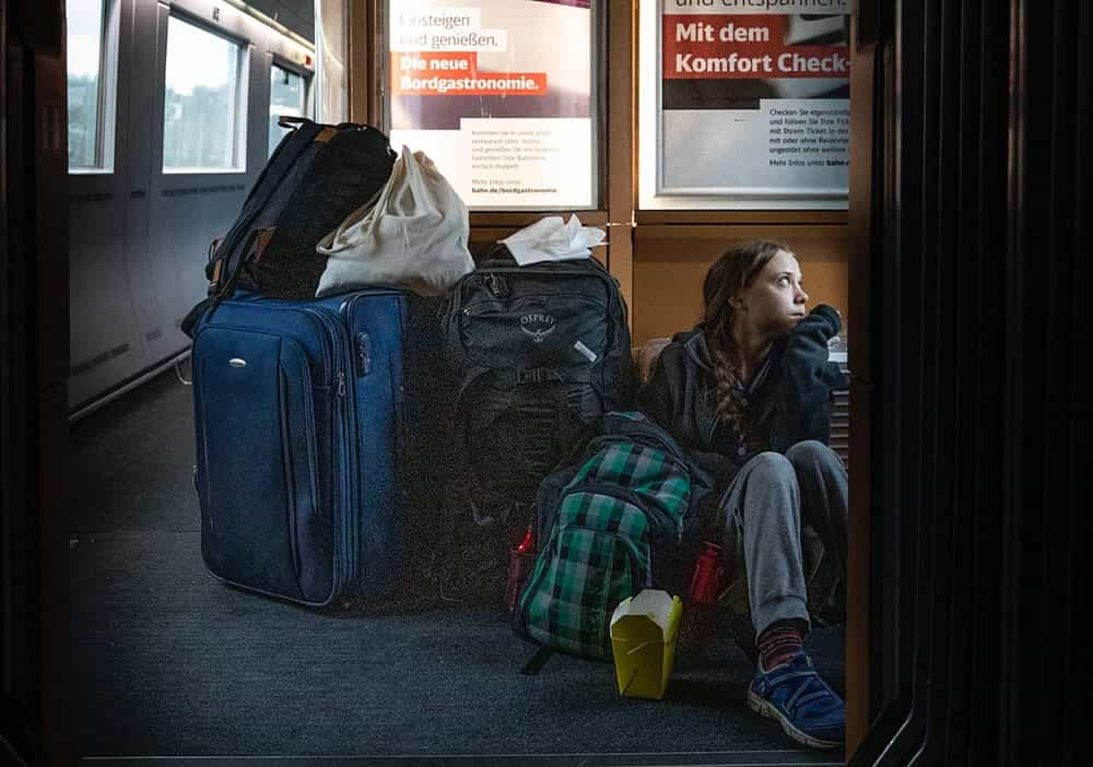 ドイツ鉄道で座り込むグレタさん